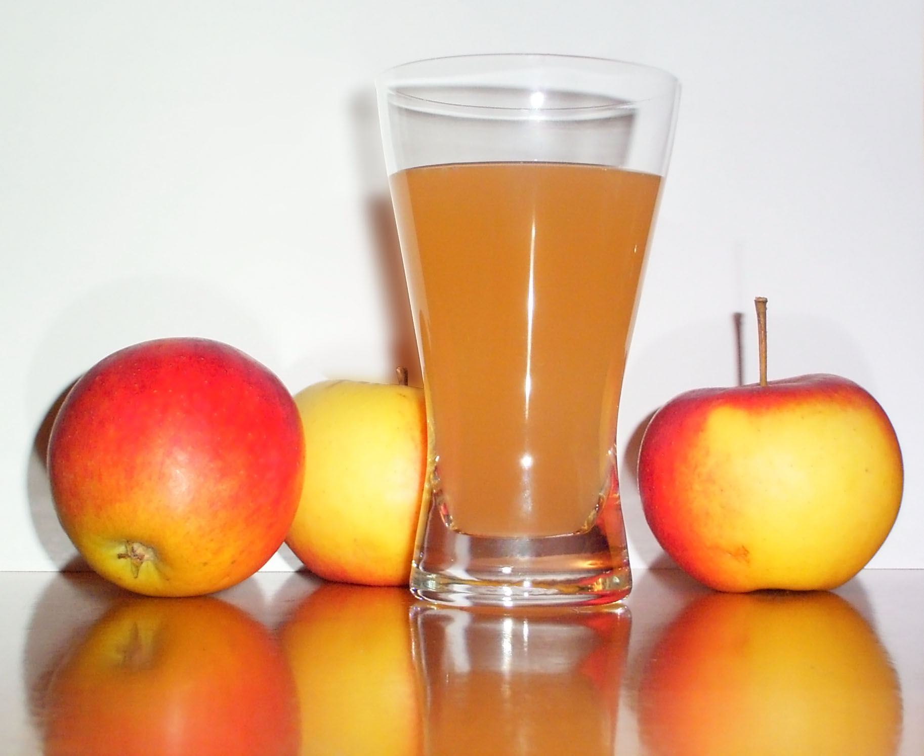 Apple_juice_with_3apples[1]